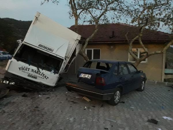 Körfez'de Freni boşalan kamyonet otomobile ve binaya çarparak durabildi