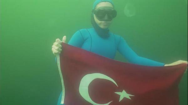 Dalış şampiyonu Şahika Ercümen, Kocaeli'de su altında Türk bayrağı açtı